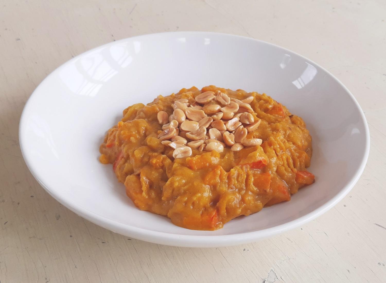 Bramboro-dýňové sabdží s rostlinnou jogurtovou omáčkou a orestovanými arašídy