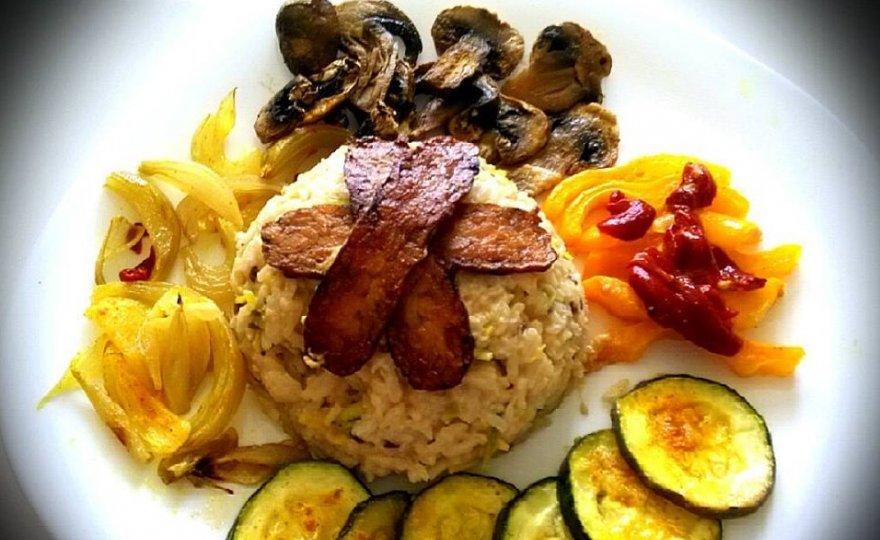 Arašídová rýže s grilovanou zeleninou a tempehovou slaninkou