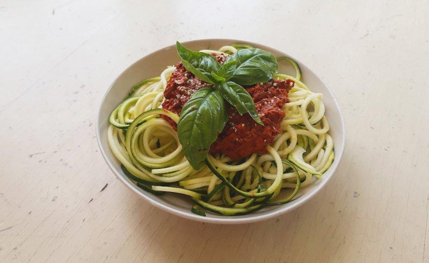 Raw cuketové špagety s rajčatovou omáčkou