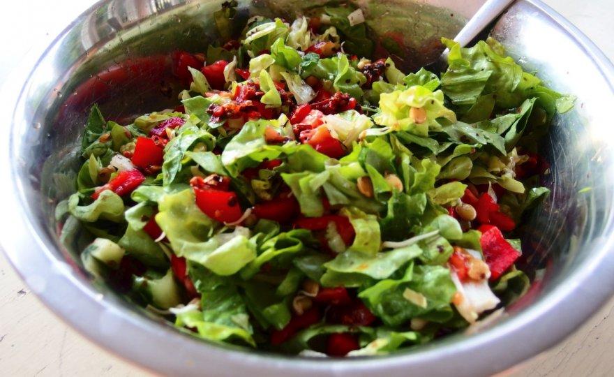 Zeleninový salát s naklíčenou čočkou a mungo