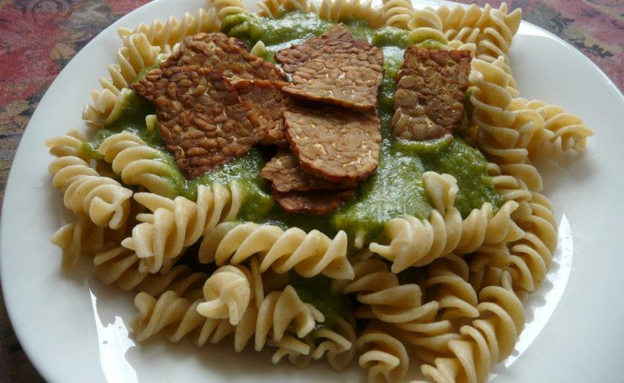Těstoviny s pečeným tempehem a krémovou omáčkou z brokolice