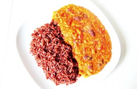 Pikantní červená čočka s fazolemi a rajčaty