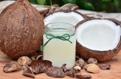 Kokosový olej - rozplývá se na jazyku, klouže po kůži