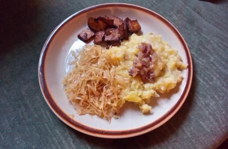 Šťouchané brambory se zelím a tempehem