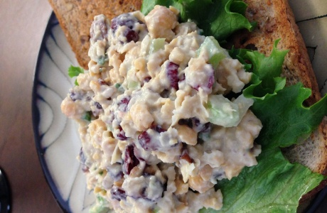 Cizrnový salát s ořechy a brusinkami