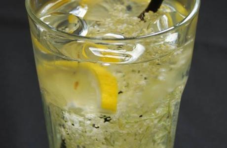 Sezónní nápoj - bezová limonáda