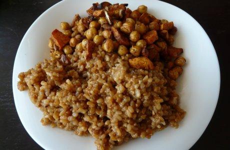 Batáto-cizrnový salát s miso rýží