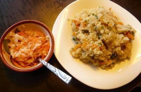 Quinoový pilaf s jablečno-mrkvo-zelovým  salátem