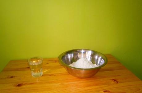smícháme kilo mouky s půllitrem vody
