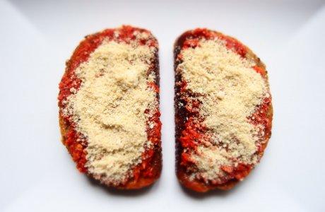 Topinky s raw rajčatovým tatarákem a sezamezánem